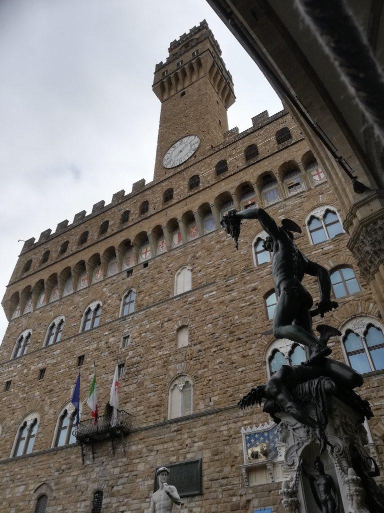 Il perseo con la testa di medusa e palazzo vecchio, Firenze