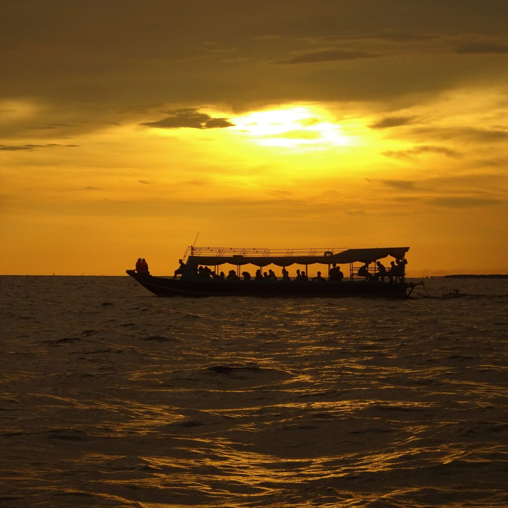 lago tonle sap al tramonto