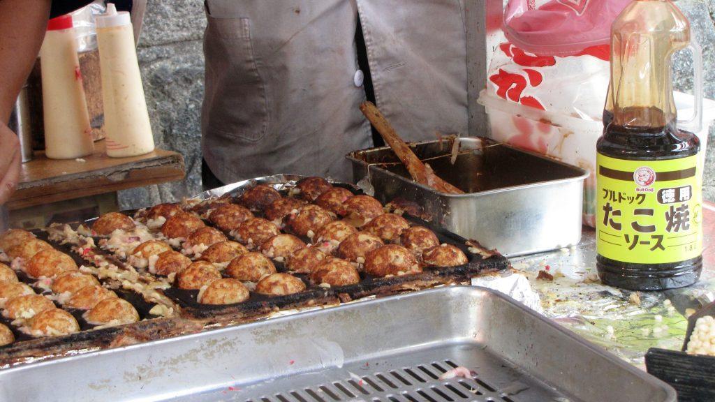 Takoyaki in preparazione